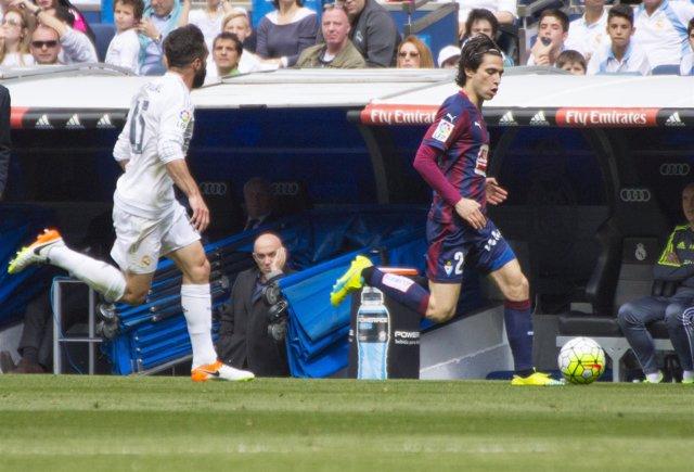 Jota Peleteiro y Dani Carvajal en el partido Real Madrid contra Eibar