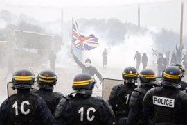 Disturbios entre policías, inmigrantes y manifestantes en 'La Jungla' de Calais