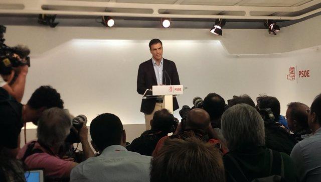 Sánchez anuncia su dimisión como secretario general del PSOE en rueda de prensa.