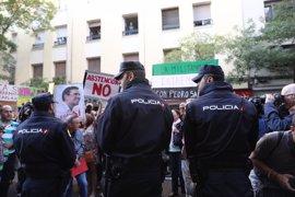 """Una calle Ferraz abarrotada recibe la dimisión de Sánchez con abucheos y gritos de """"golpistas"""" hacia los críticos"""