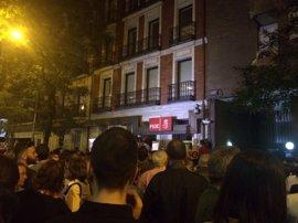 """Una calle Ferraz abarrotada recibe la dimisión de Sánchez con abucheos y gritos de """"golpistas"""" a los críticos"""