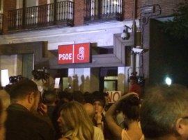 La Policía abre el tráfico en la calle Ferraz pero un centenar de manifestantes resiste ante la sede del PSOE
