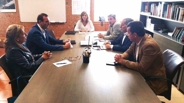 Reunión entre los representantes del Gobierno y de la Escuela de Turismo.