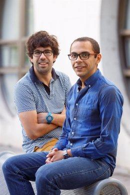 Miguel Beruete (izq.) y Víctor Pacheco, en el campus de la UPNA.