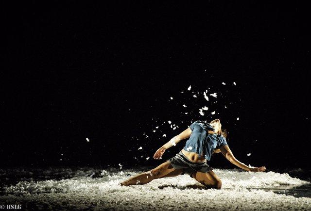 Escena de 'De Brea y plumas'