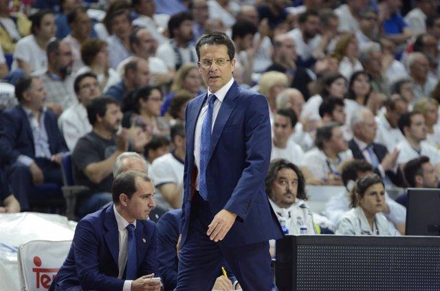 Pedro Martínez (entrenador del Valencia) en el Real Madrid - Valencia
