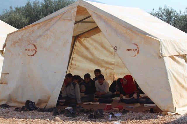Niños en un campamento para desplazados internos en Idlib