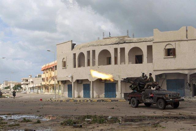 Combatientes Del CNT Luchan Contra Los Gadafistas En Sirte