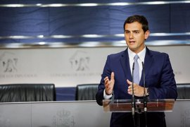 """Rivera espera que el PSOE no haya """"montado todo lo que ha montado"""" para seguir negándose a negociar con el PP"""