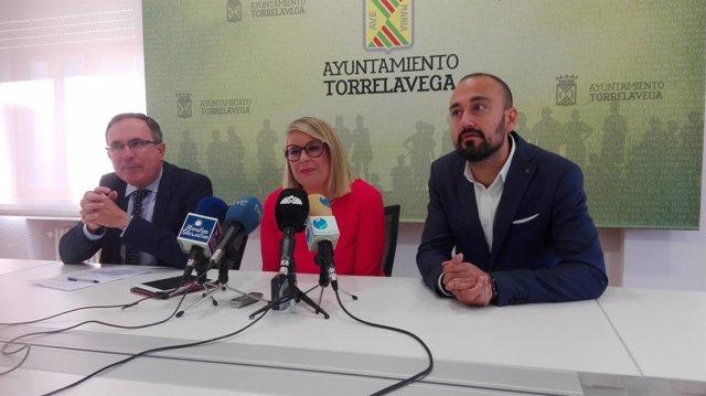 Cristina García con el alcalde y el primer teniente de alcalde