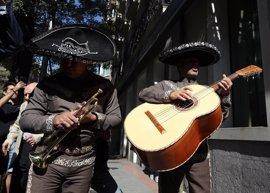 """Mariachis mexicanos cantan a las puertas del PSOE que Sánchez sigue siendo """"el rey"""" frente a """"Susanita de mi corazón"""""""