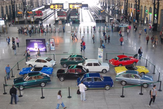 Exhibición de automóviles 'Seat 850'  en la Estación del Norte