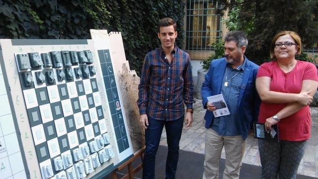 Torralbo (izda.) presenta el ajedrez con Romero y Poyato