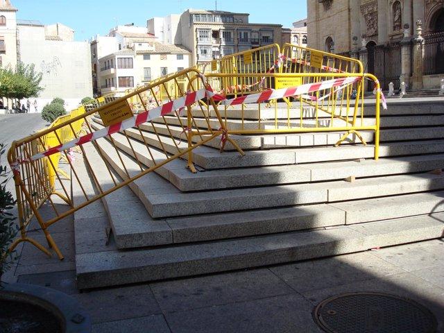 Inicio de los trabajos en los escalones de la plaza de Santa María