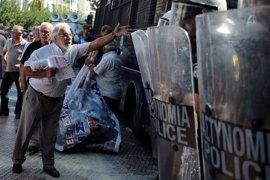 La Policía griega dispersa con gas lacrimógeno una manifestación de pensionistas