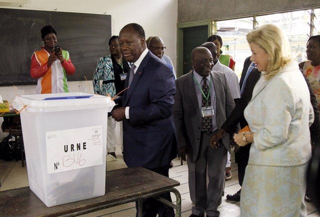 Alassane Ouattara acude a votar en las presidenciales de Costa de Marfil