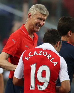 Arsene Wenger y Santi Cazorla