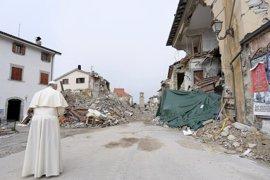 El Papa visita por sorpresa Amatrice, el pueblo italiano devastado en agosto por un terremoto