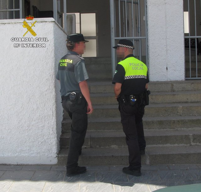 Agente de la Guardia Civil y Policía Local.