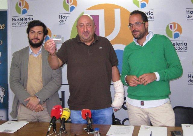 El presidente de la Apeh, junto a Carlos Castro (izda) y Jacobo González (dcha)
