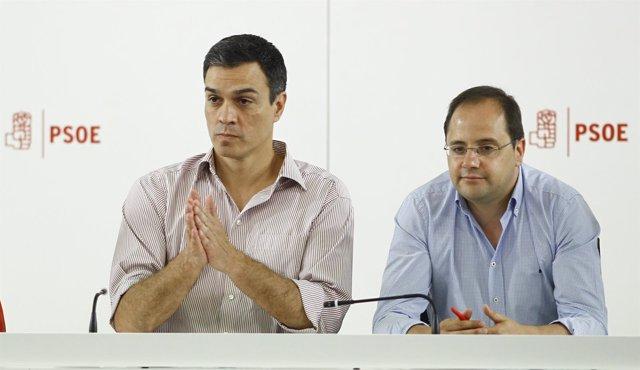 Pedro Sánchez y César Luena en la reunión de la Ejecutiva Federal en Ferraz