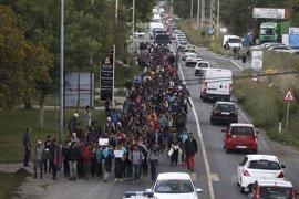 Refugiados parten de Belgrado hacia la frontera con Hungría