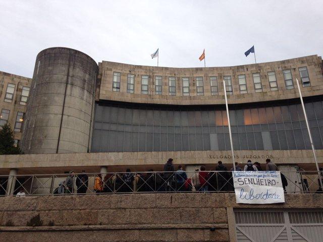 Juzgados de Santiago con pancarta de apoyo a Senlheiro, okupación Sala Yago