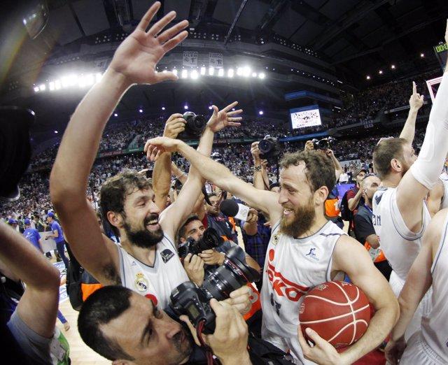 Sergio Rodríguez y Sergio Llull celebran la liga 33º del Real Madrid