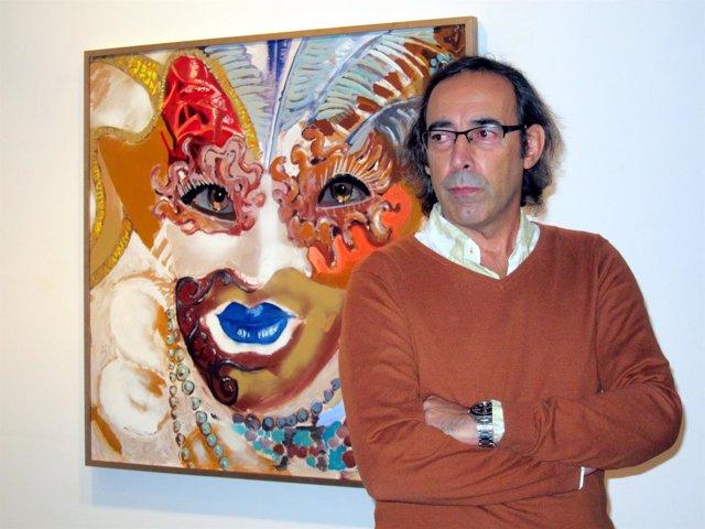El pintor Manuel Gutiérrez delante de una de sus obras en La Salina