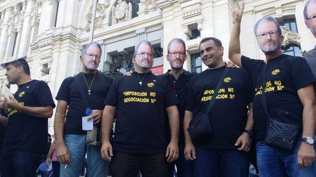 Manifestantes con caretas del delegado Javier Barbero