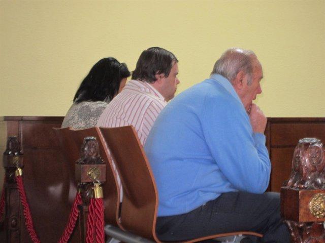 Los tres acusados sentados en el banquillo