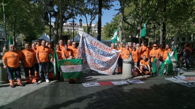 Los extrabajadores de Lipasam ante el Ayuntamiento.