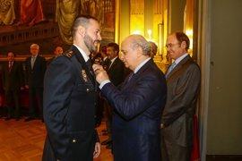 Fernández Díaz condecora a siete policías de la Comisaría del Senado con la Orden del Mérito Policial