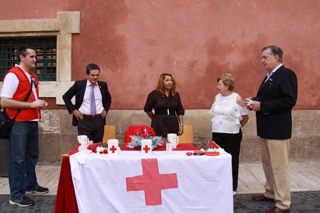 El presidente autonómico de Cruz Roja visita una mesa de la Banderita