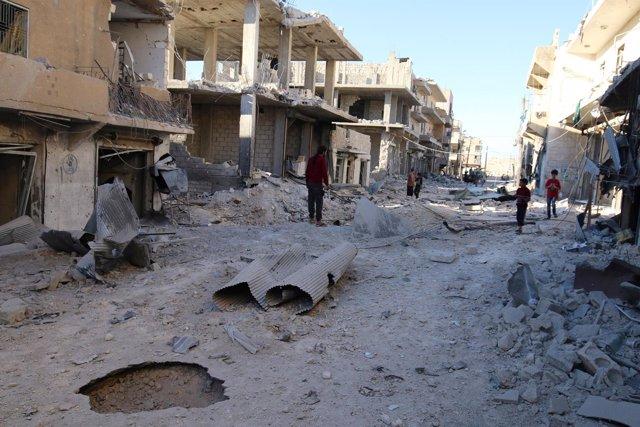 Una calle destruida por los bombardeos en Alepo