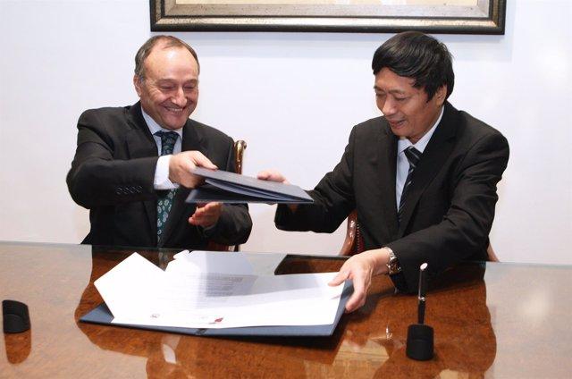 Firma del convenio entre la UVA y el VNU University of Science de Vietnam