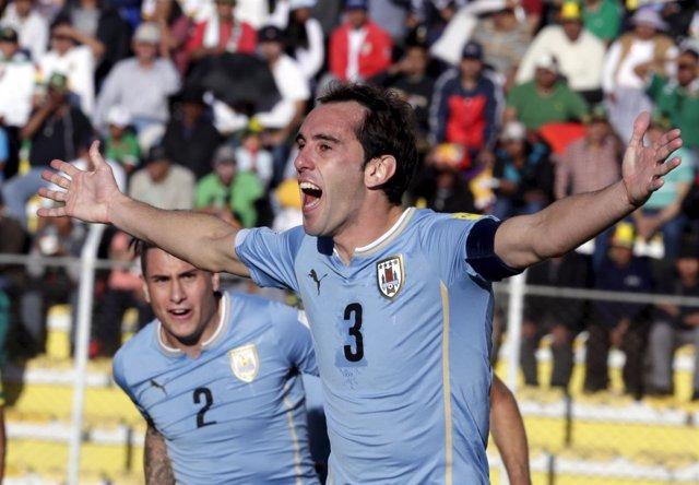 Diego Godín celebra un gol con la selección de Uruguay