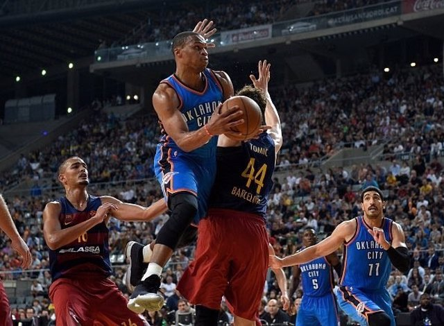 Rusell Westbrook contra el FC Barcelona en el NBA Global Games