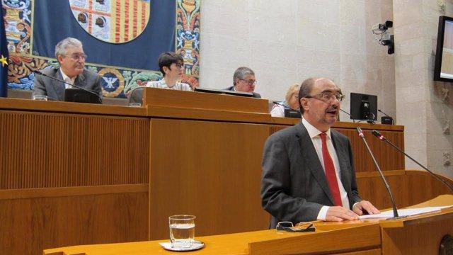 El presidente de Aragón, Javier Lambán, en la tribuna de oradores de las Cortes