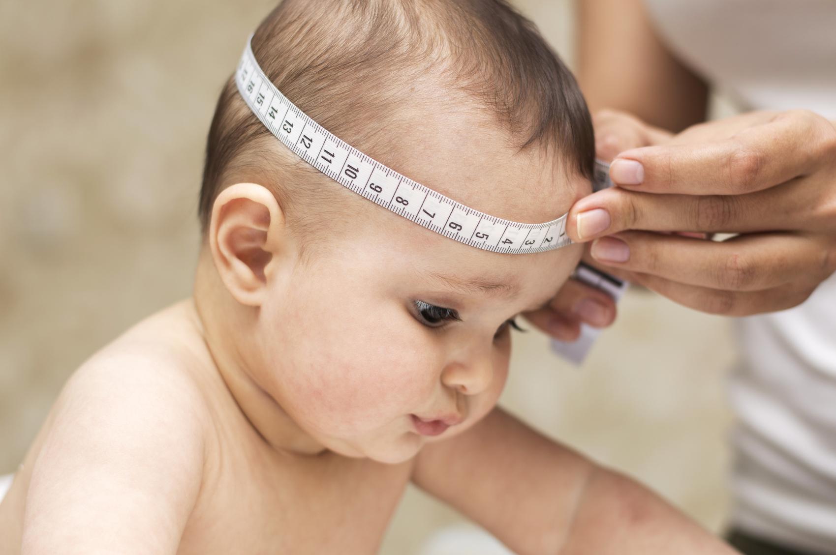 Medición del perímetro craneal del bebé