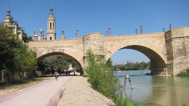 Paseo junto al río Ebro, en el Puente de Piedra