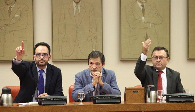 Antonio Hernando y Javier Fernádez en la reunión del Grupo Socialista