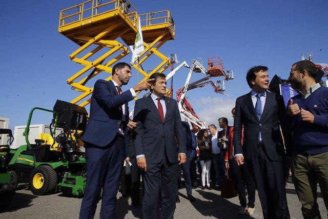 El presidente del  Principado, Javier Fernández, visita la feria de la maquinari