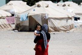 Una niña de 6 meses o un menor de un año herido por un obús, entre refugiados necesitados de atención sanitaria urgente