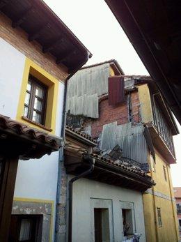 Edificios de la calle Manuel Cue de Llanes afectados por un desprendimiento.