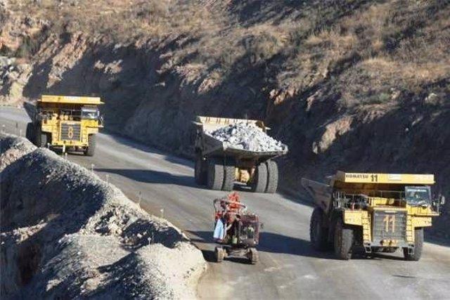 Camiones en la mina de Aguablanca