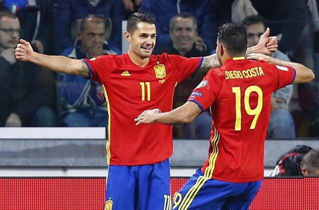 Vitolo y Diego Costa celebran un gol con la selección española