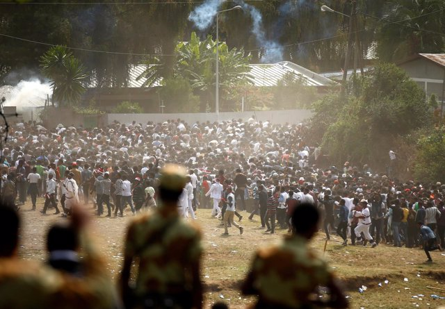 Policías durante una celebración religiosa de los oromos