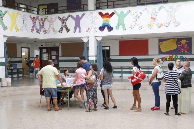 Imagen de archivo de la votación de la jornada continua en un colegio