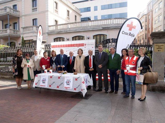 Autoridades en la Fiesta de la Banderita de Cruz Roja